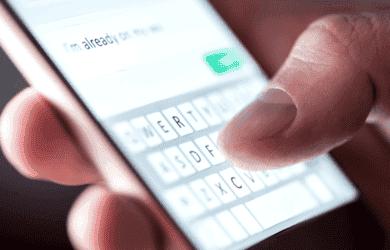 Alguien enviando mensajes de texto en su teléfono